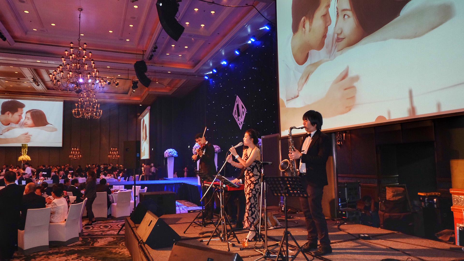 สถานที่จัดงานแต่งงาน บรรยากาศ ระหว่าง การเปิดเพลง กับ วงดนตรี